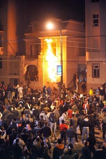 Amerika furcsálja, hogy senkit sem büntettek meg a belgrádi nagykövetség felgyújtásáért - A cikkhez tartozó kép