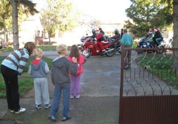 Szentmihály: Motoros Mikulások lepték meg a falu gyermekeit - A cikkhez tartozó kép
