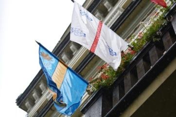 Levették a székely zászlót és a városzászlót Csíkszereda polgármesteri hivataláról - A cikkhez tartozó kép