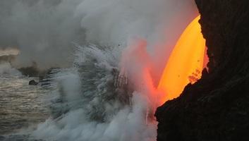 A hawaii vulkánkitörés lávafolyama elérte a Csendes-óceánt, klórsav veszélyére figyelmeztetnek szakemberek - illusztráció