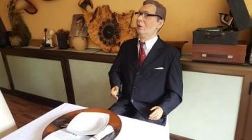 Elnök a kocsmaasztalnál - A cikkhez tartozó kép
