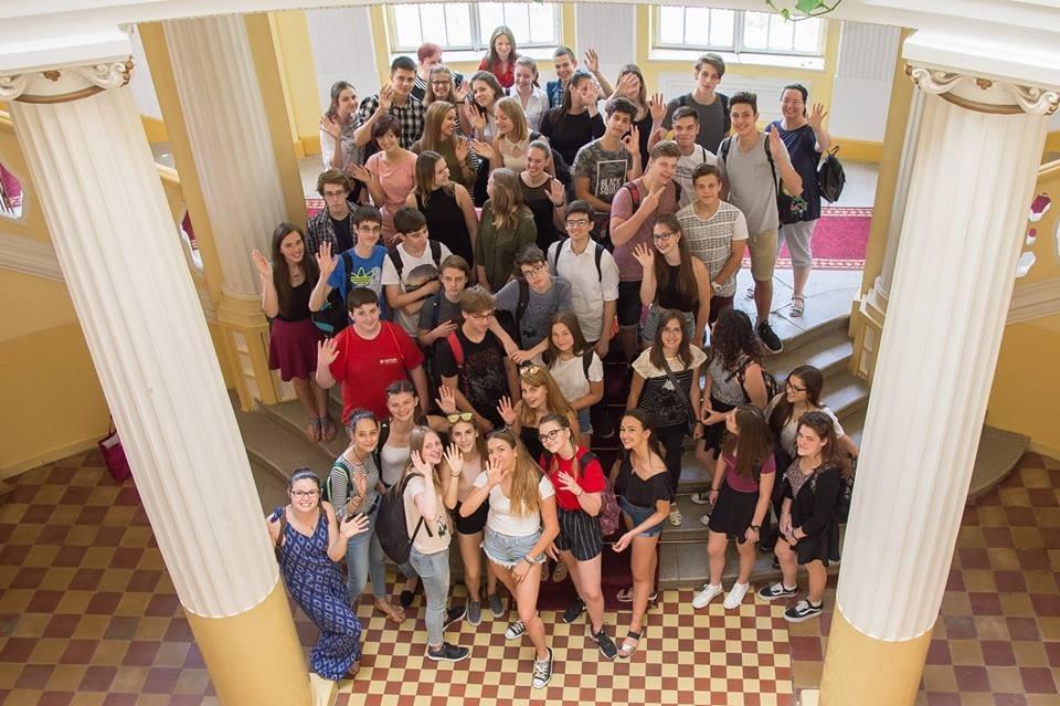 A vendégek és a vendéglátóik a zentai Városháza oszlopcsarnokában