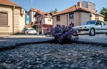 Napi fotó: A város utcáin éktelenkedő kátyúk...