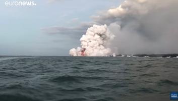 Hawaii: A vulkán lávakitörése egy turistahajóra zuhant - illusztráció