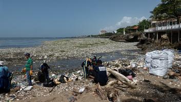 Szeméttenger öntötte el a dominikai partokat - illusztráció