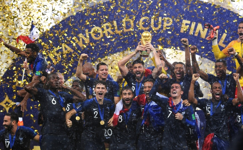 Magasba emelt trófeával ünnepelnek július 15-én a győztes francia csapat tagjai