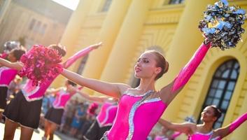 Több százezer virág, tizenhat virágkocsi, több ezer táncos Magyarország legnagyobb karneválján - illusztráció