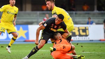 Labdarúgás: Eltört a Ronaldóval ütköző Chievo-kapus orra - illusztráció
