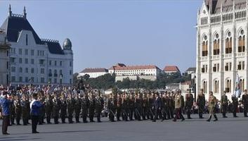Augusztus 20.: Felvonták a nemzeti lobogót az Országház előtt - illusztráció