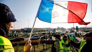 Franciaország: Mintegy ezer helyen tüntetnek civilek az üzemanyag adójának emelése miatt - illusztráció
