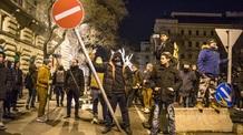 Ismét rendőrökre támadtak a tüntetők - illusztráció