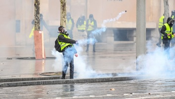 Dulakodás alakult ki Párizsban a rendőrök és a sárgamellényesek között - illusztráció