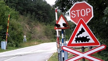 Szerbiai felmérés: Minden tizedik sofőr figyelmen kívül hagyja a sorompót a vasúti átjáróknál - illusztráció