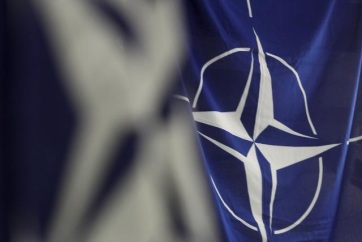 Felvonták a NATO zászlaját a macedón kormány épülete előtt - A cikkhez tartozó kép
