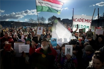 Budimpešta: Protest zaposlenih Akademije nauka - A cikkhez tartozó kép