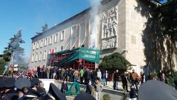 Tízezrek tüntettek szombaton Tiranában - illusztráció
