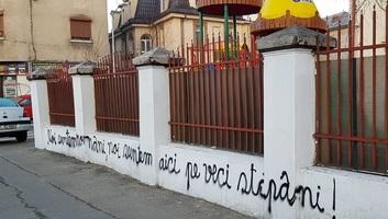 Újból román nacionalista feliratokat firkáltak a bukaresti magyar líceum kerítésére - illusztráció