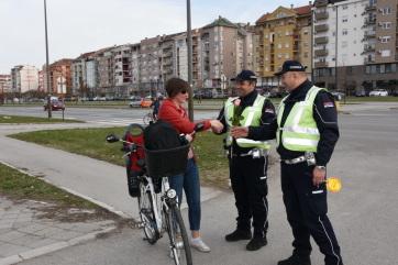 Szerbia-szerte virágot osztogattak a nőknek a rendőrök - A cikkhez tartozó kép