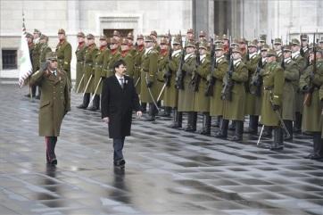 Március 15.: Felvonták a nemzeti lobogót az Országház előtt - A cikkhez tartozó kép