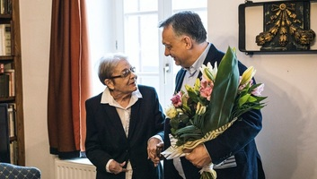 Otthonában adta át Törőcsik Marinak a Kossuth Nagydíjat a kormányfő - illusztráció