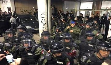 Tüntetők behatoltak a szerbiai köztévé központjába Belgrádban - A cikkhez tartozó kép