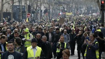 Párizs: Megerősített biztonsági intézkedések, több ezer igazoltatás, békés menetek - illusztráció