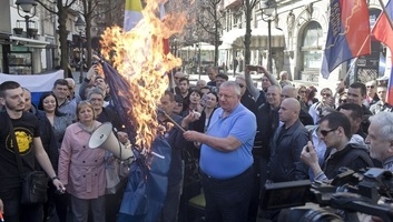 Šešelj felgyújtotta az EU és a NATO zászlaját - illusztráció