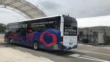 Elkészült a világ első, teljesen elektromos meghajtású, önvezető busza - illusztráció