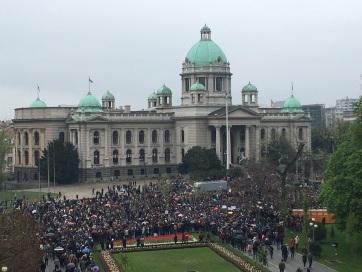 1 az 5 millióból: A szerb parlament épülete előtt tüntetnek - A cikkhez tartozó kép