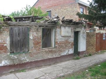 Nagybecskerek: Teljesen romossá vált Szervó Mihály néphős szülőháza - A cikkhez tartozó kép