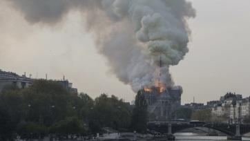 Lángokban áll a párizsi Notre-Dame - A cikkhez tartozó kép
