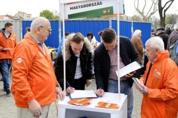 EP-választás: Több mint 600 ezer aláírást gyűjtött össze eddig a Fidesz - A cikkhez tartozó kép