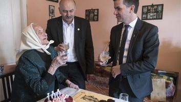 Harmadszor lett magyar állampolgár a százéves csíkborzsovai Marcsa néni - illusztráció