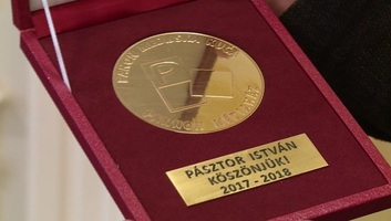 A Pannon RTV emlékéremmel mondott köszönetet Pásztor Istvánnak - illusztráció