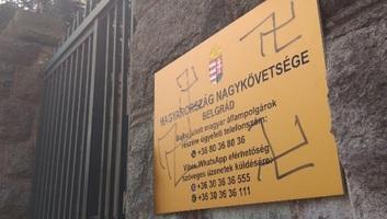 Horogkeresztekkel firkálták össze Magyarország belgrádi nagykövetségének épületét - illusztráció