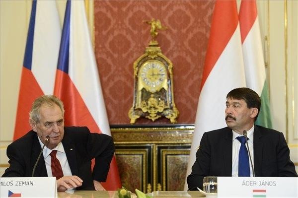Milos Zeman cseh és Áder János magyar köztársasági elnök sajtótájékoztatót tart Budapesten, a Sándor-palotában