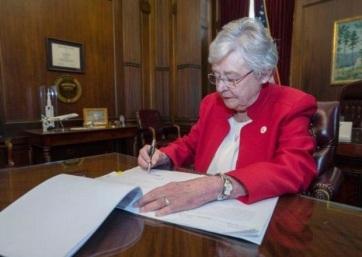 Az alabamai kormányzó aláírta a szigorú abortusztilalomról szóló törvényt - A cikkhez tartozó kép