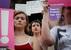 Tüntetnek az abortusztörvény ellenzői a kormányzóság épülete előtt - miniatűr változat
