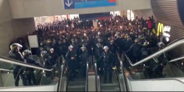 Migránsok foglalták el a repteret Párizsban - A cikkhez tartozó kép