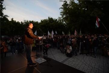 A Mi Hazánk Mozgalom tüntetése ellen tartottak tiltakozó demonstrációt kedd este Törökszentmiklóson - A cikkhez tartozó kép
