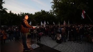 A Mi Hazánk Mozgalom tüntetése ellen tartottak tiltakozó demonstrációt kedd este Törökszentmiklóson - illusztráció