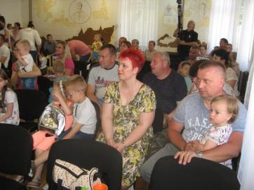 Nagybecskerek: 28 könyv- és babacsomagot adtak át magyar családoknak - A cikkhez tartozó kép