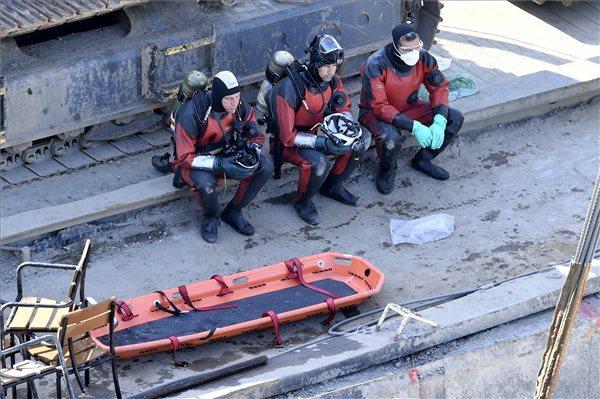 A mentést végző búvárok pihennek a balesetben elsüllyedt Hableány turistahajó kiemelésekor a Margit hídnál