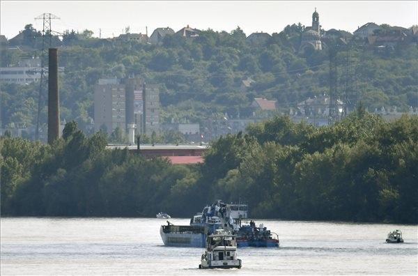 Uszály szállítja a ma  kiemelt Hableány turistahajó roncsát a csepeli kikötőbe