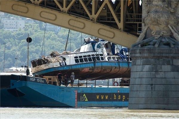 A Clark Ádám úszódaru az elszállítást végző uszályra emeli a balesetben elsüllyedt Hableány turistahajó roncsát