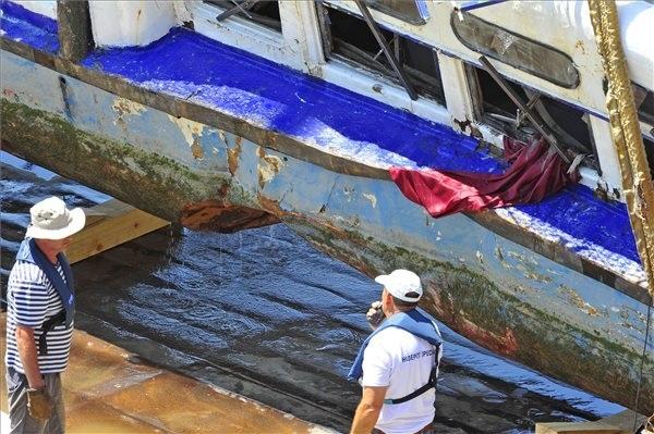 A balesetben elsüllyedt Hableány turistahajó roncsa, miután a Clark Ádám úszódaru kiemelte a Dunából a Margit hídnál