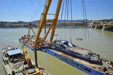 Sikerült kiemelni a balesetben elsüllyedt Hableány turistahajó roncsát - A cikkhez tartozó kép
