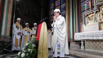 A tűzvész utáni első misét tartották a párizsi Notre-Dame-ban - illusztráció