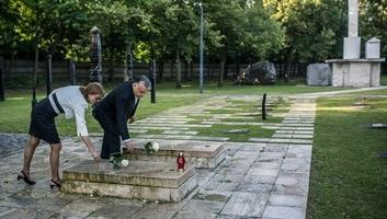Mađarska: Premijer položio cveće na grob Imrea Nađa i bezimenih žrtava revolucije 1956-e - illusztráció