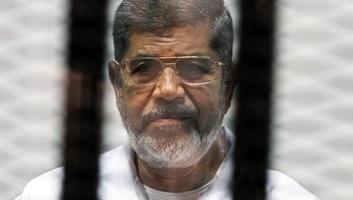 Tárgyalásán lett rosszul, meghalt a megbuktatott egyiptomi elnök - illusztráció